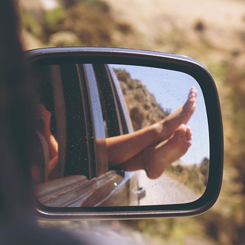 Roadtrip med fødder ud af vinduet